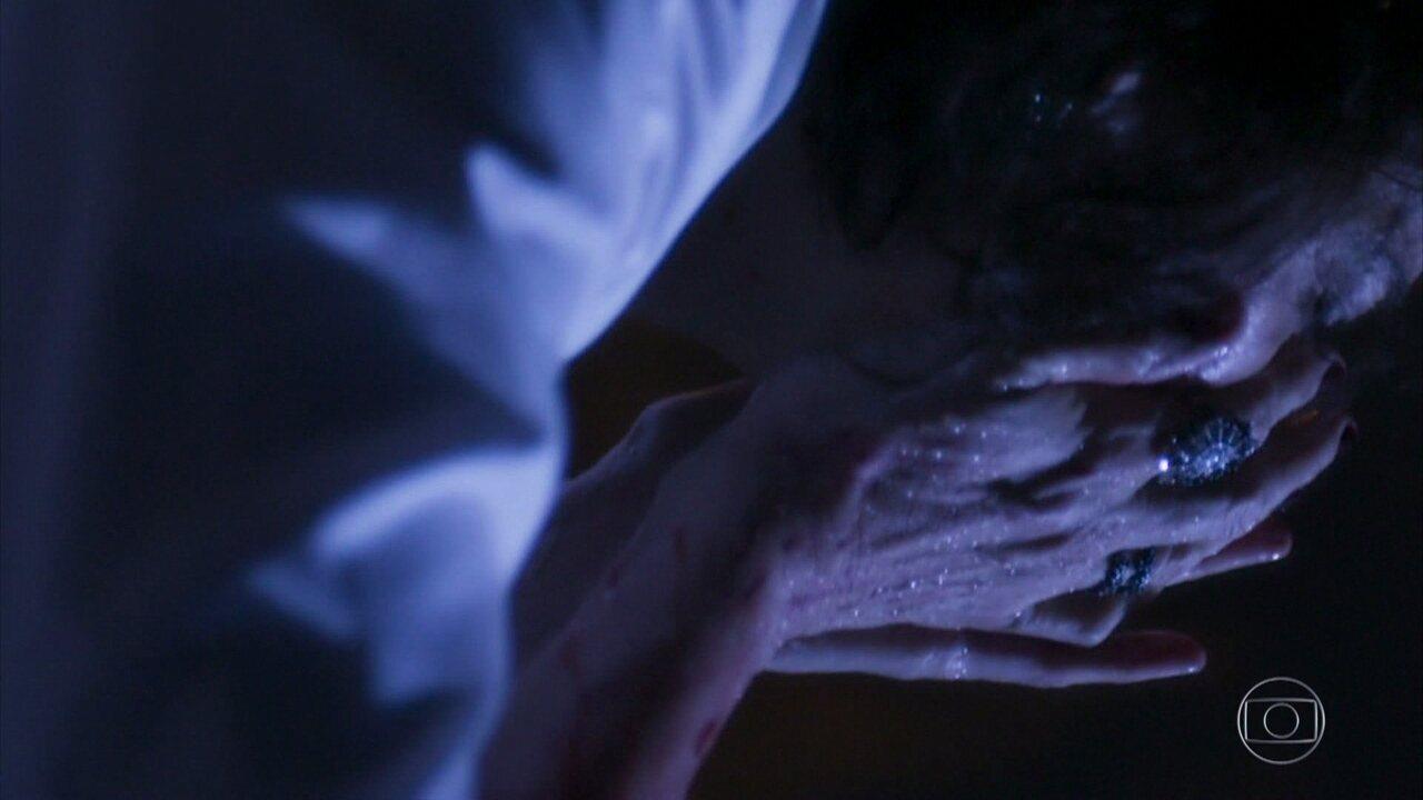 Após ser atacada por León, Valentina limpa os ferimentos na fonte mística