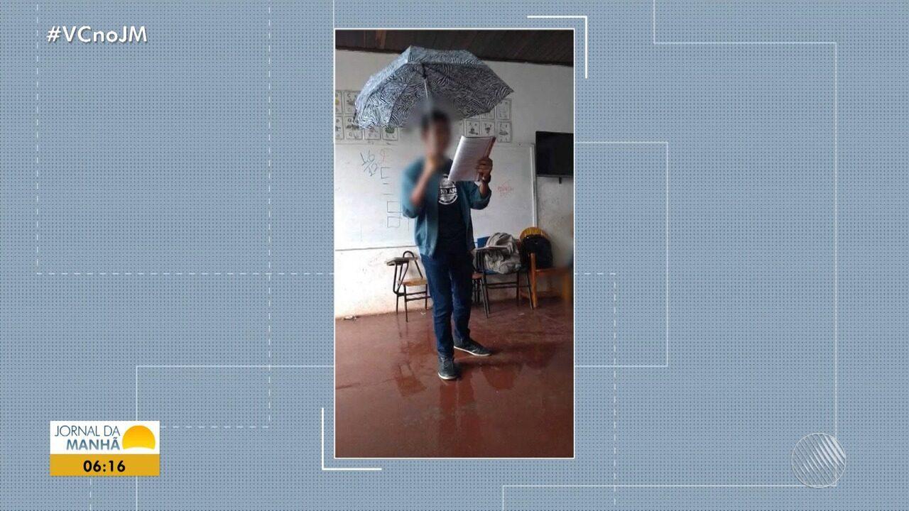 Alunos de escola municipal assistem aula debaixo de chuva
