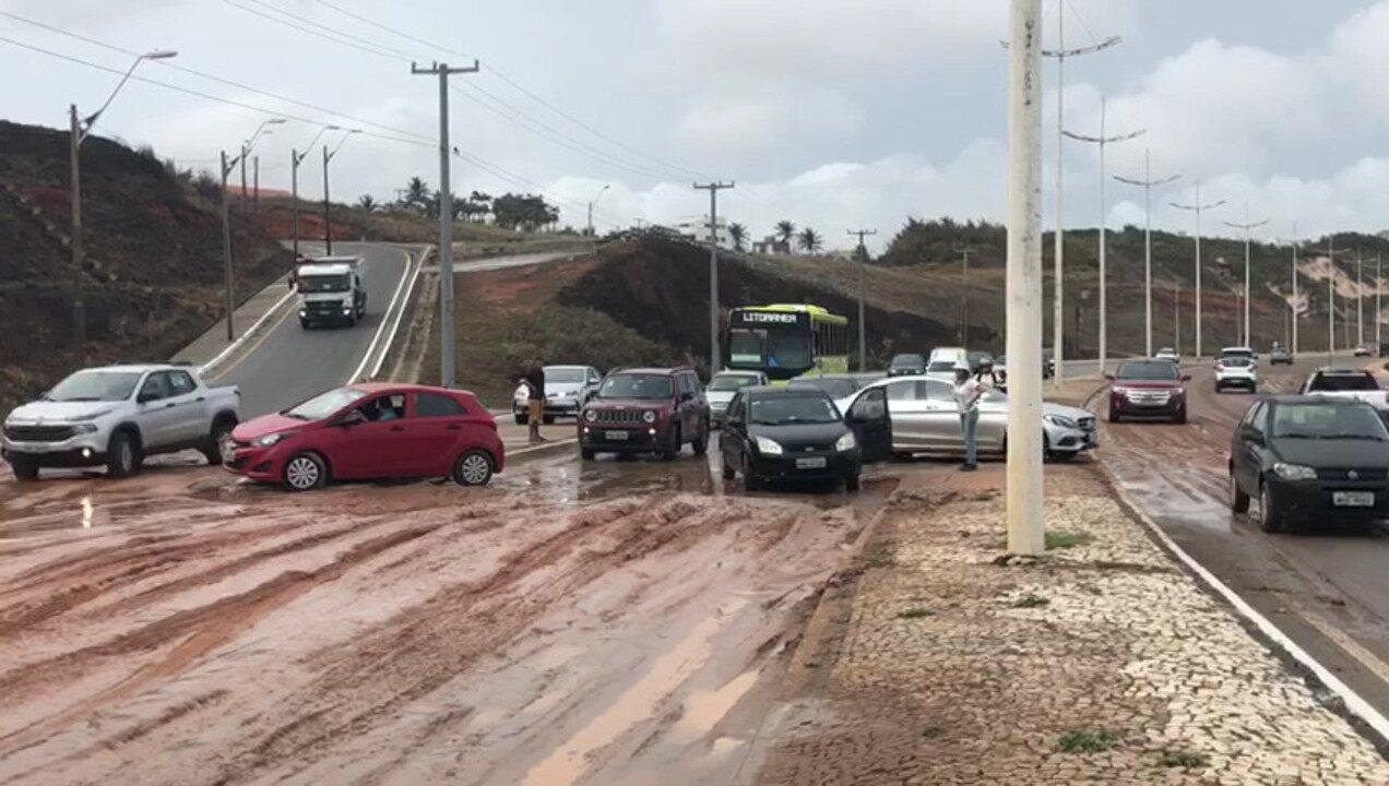Avenida Litorânea com trânsito complicado depois de forte chuva em São Luís