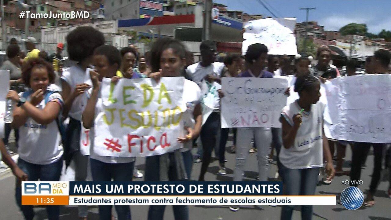 Alunos protestam contra projeto de reestruturação de escolas públicas