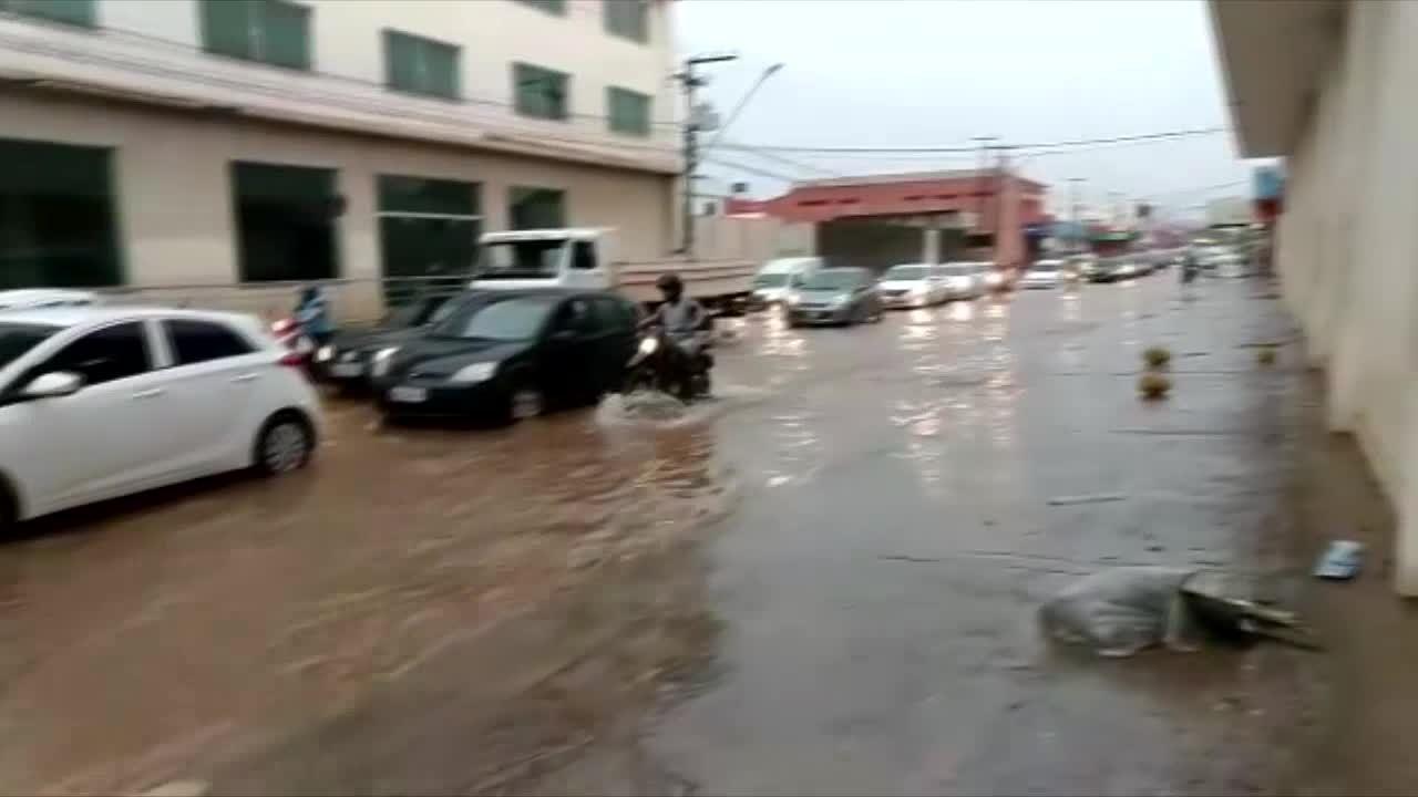 Vídeo mostra ponto de alagamento na avenida Amazonas, em Porto Velho