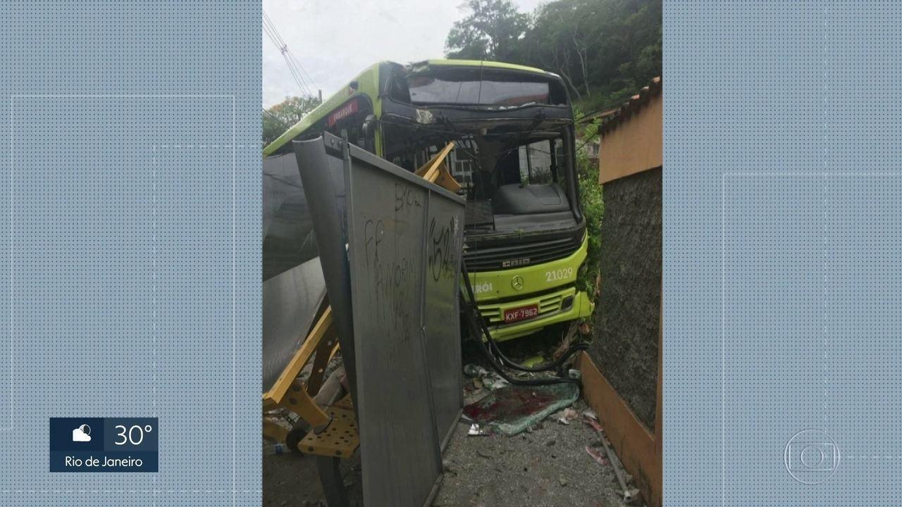 Ônibus invade ponto e atropela cinco pessoas em Niterói