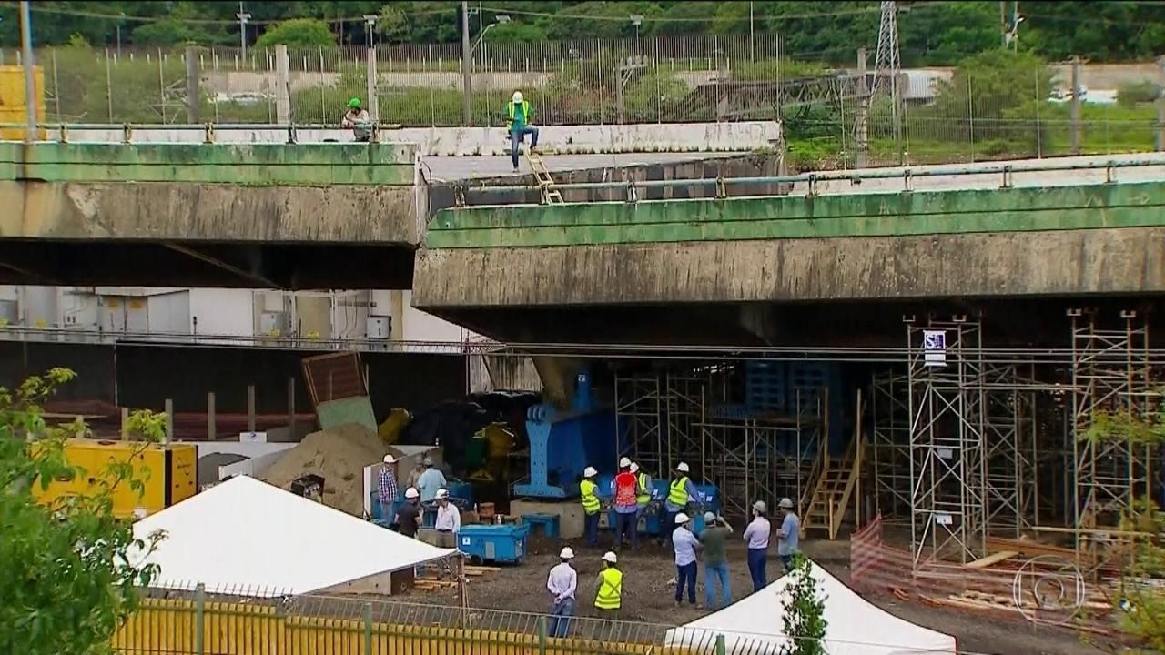Resultado de imagem para Após 12 horas de trabalho, viaduto que cedeu na Marginal Pinheiros é erguido em 1 metro