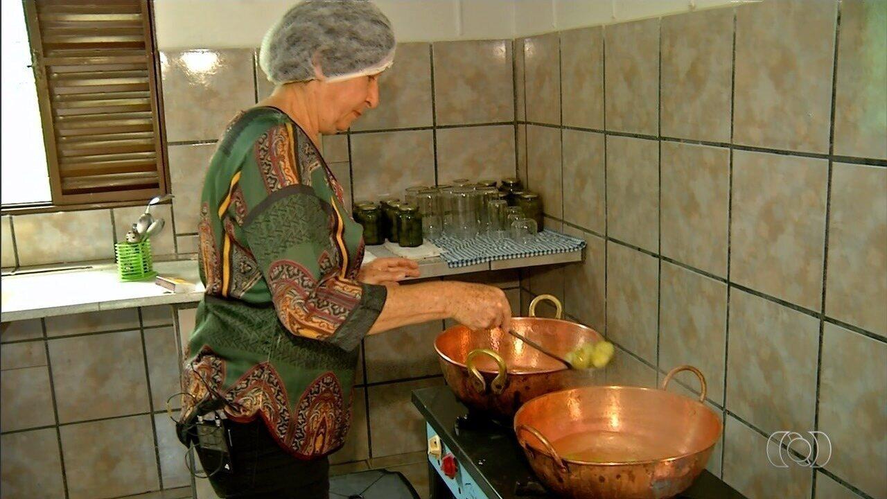Moradora de Gameleira de Goiás ensina como fazer doce de pêssego em calda