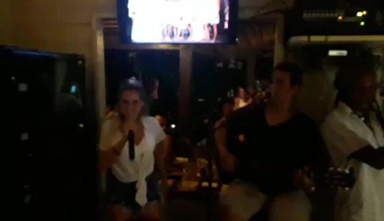 Monique Alfradique canta 50 reais em Fernando de Noronha