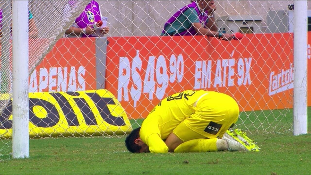 Aderlan bate para o gol, a bola desvia e Júlio César evita o empate, aos 6 do 1º tempo