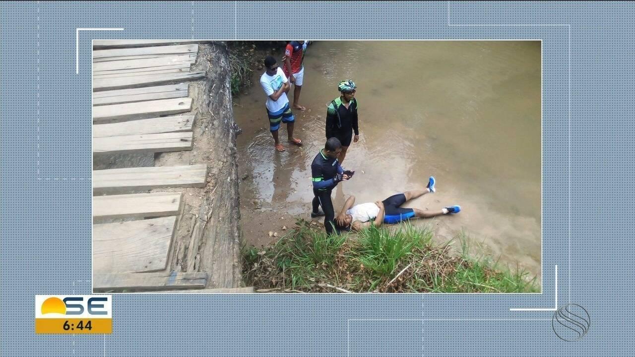 Ciclista se acidenta ao tentar passar por ponte improvisada