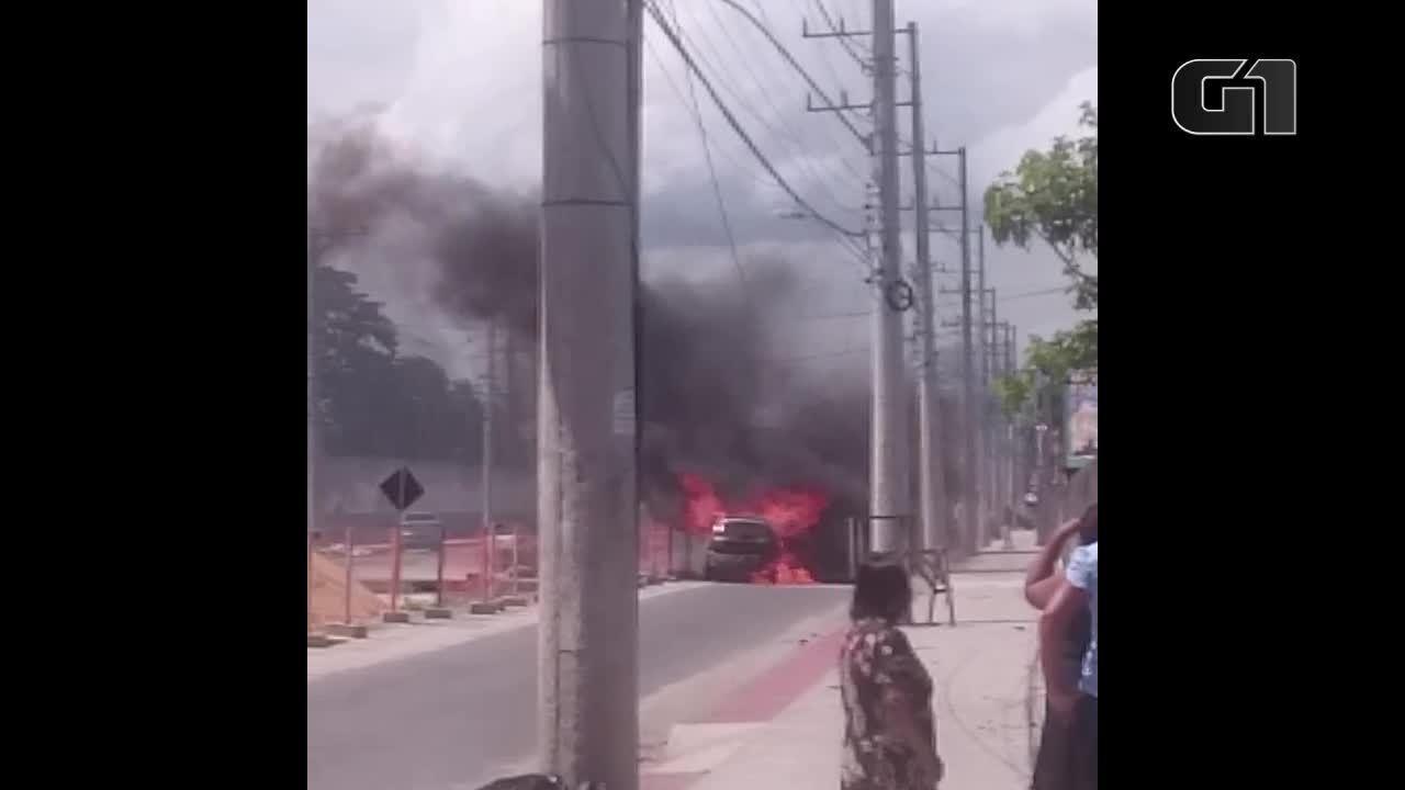 Carro pega fogo na Avenida Leitão da Silva, em Vitória