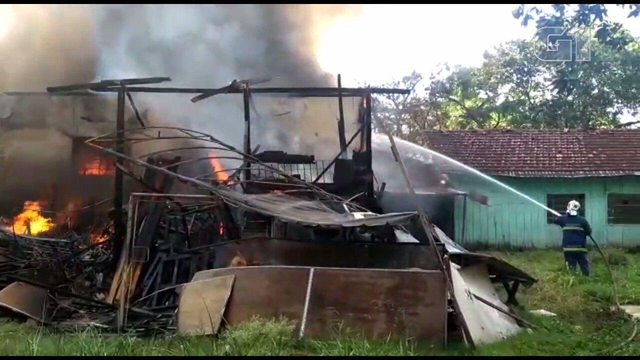 Incêndio atinge depósito de móveis usados em Londrina, segundo bombeiros
