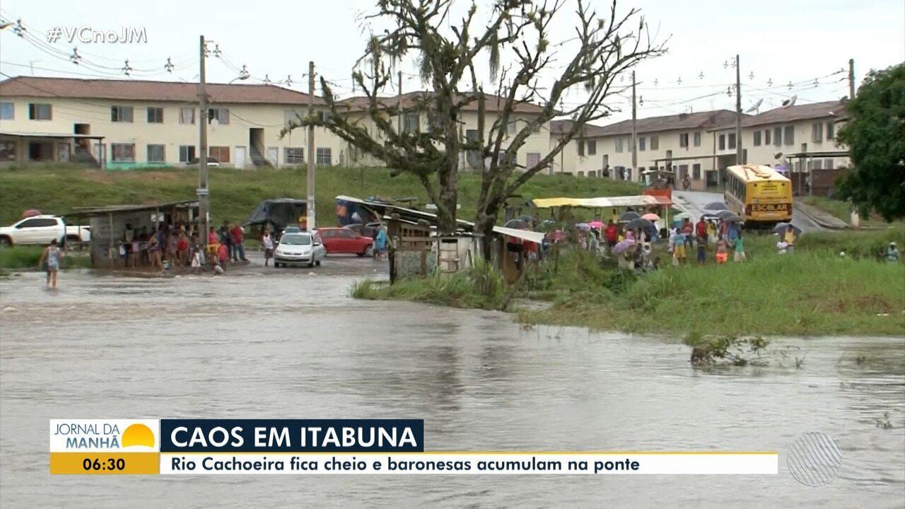 Resultado de imagem para Chuva deixa famílias desabrigadas no sul da BA; ponte do Rio Cachoeira é interditada por conta de enchente