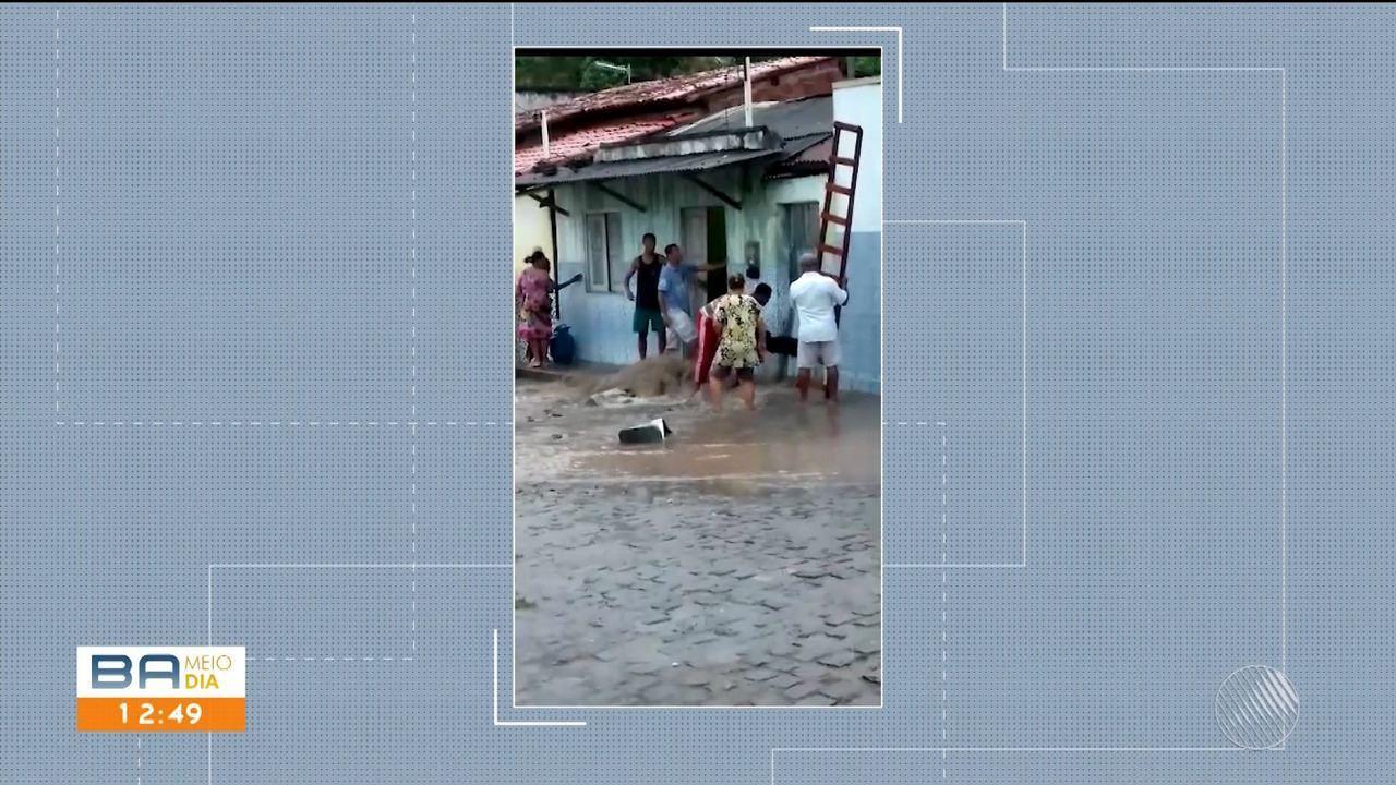 Casal de idosos fica preso em dentro de casa que foi invadida pela água da chuva