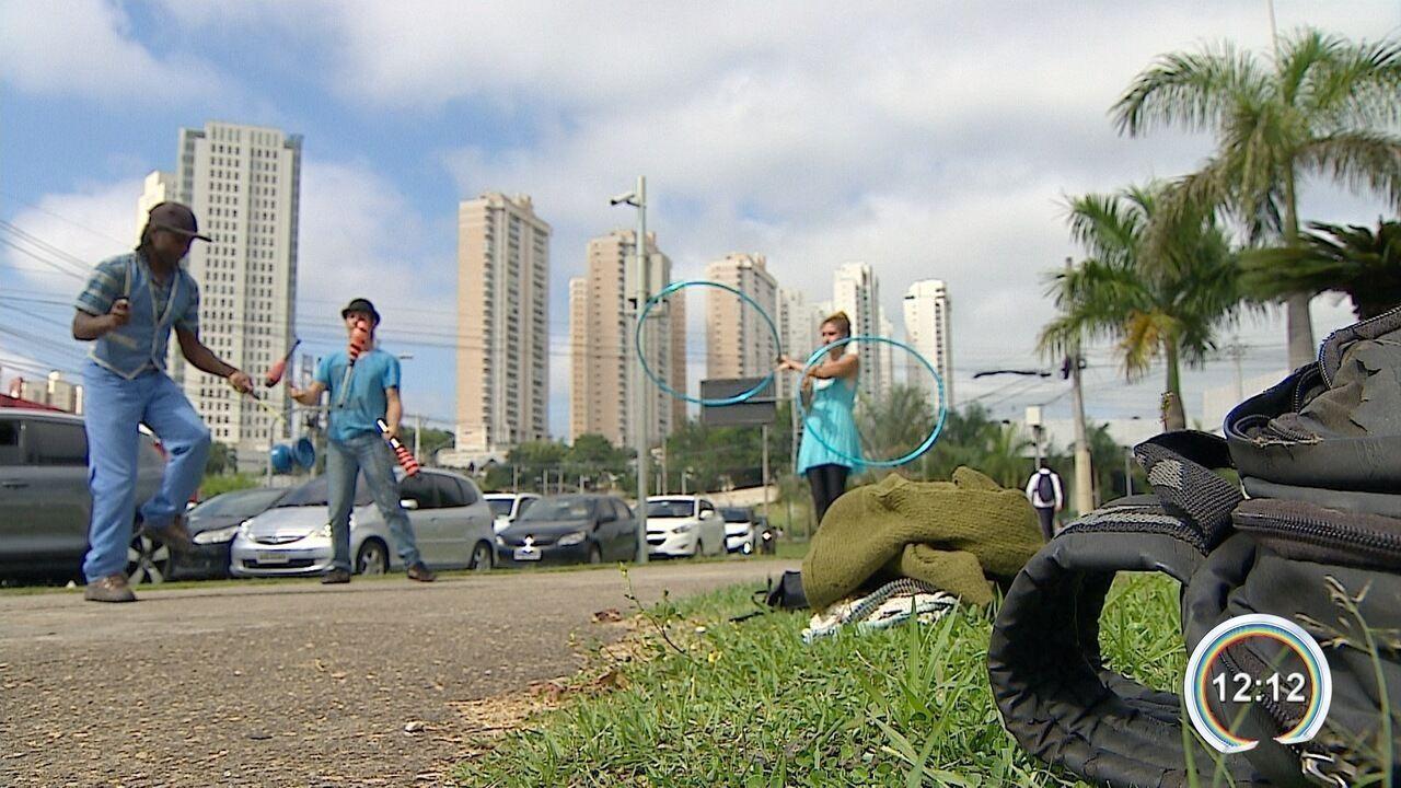 Justiça suspende lei que proíbe artistas no semáforo em São José