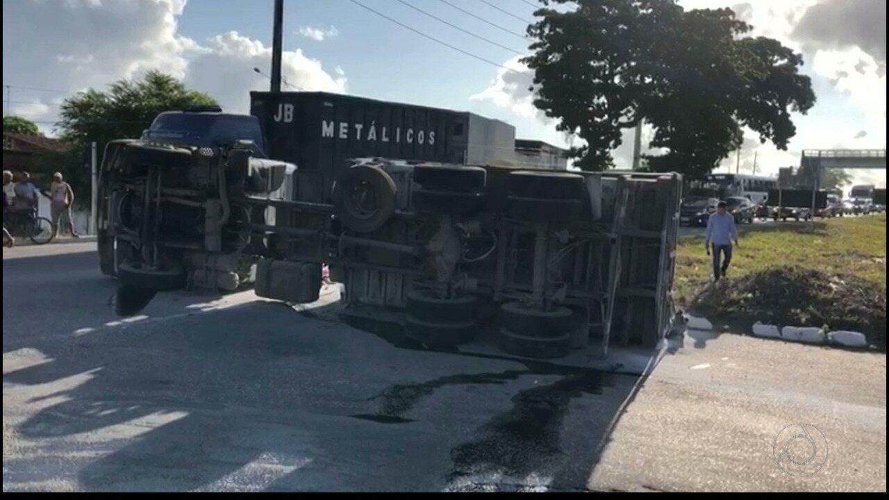 Caminhão tomba na BR 230 na Paraíba