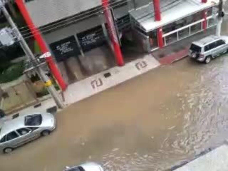Ruas foram alagadas durante chuva em Juiz de Fora nesta sexta (7)