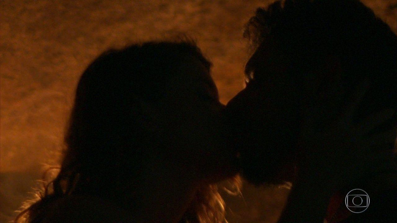 Alain e Isabel se beijam