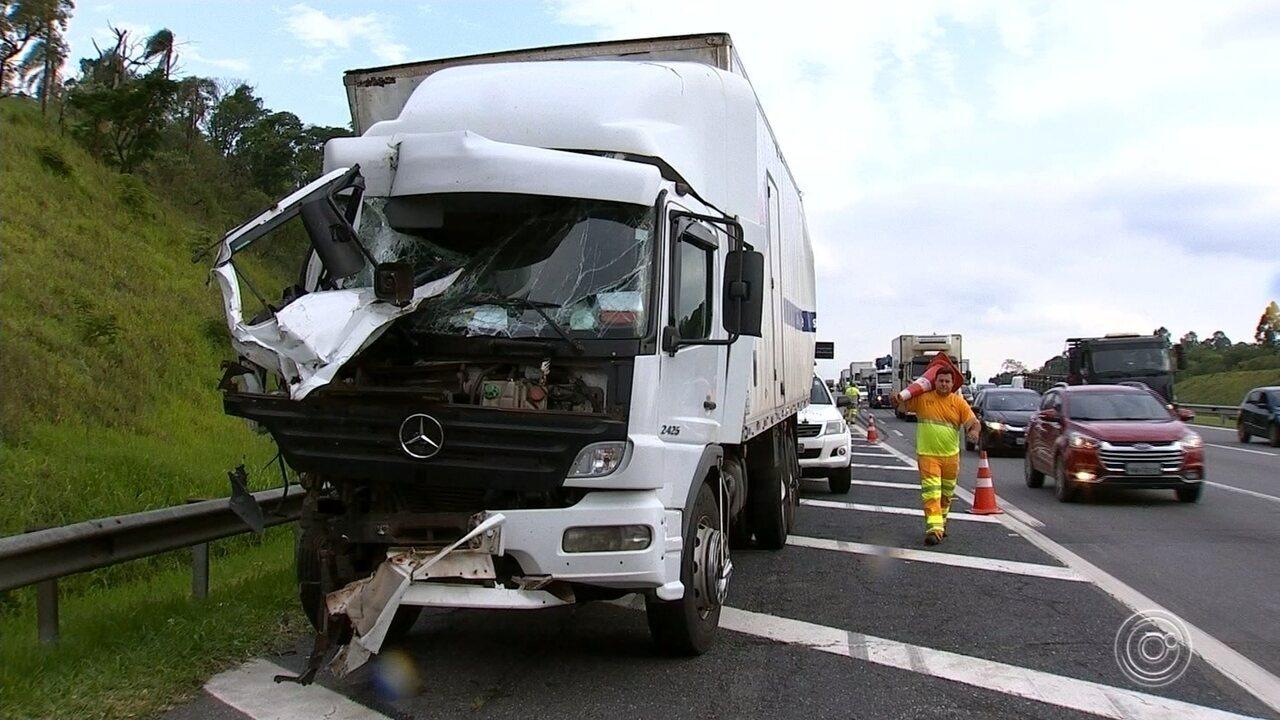 Engavetamento entre ônibus e caminhões deixa um ferido em Jundiaí