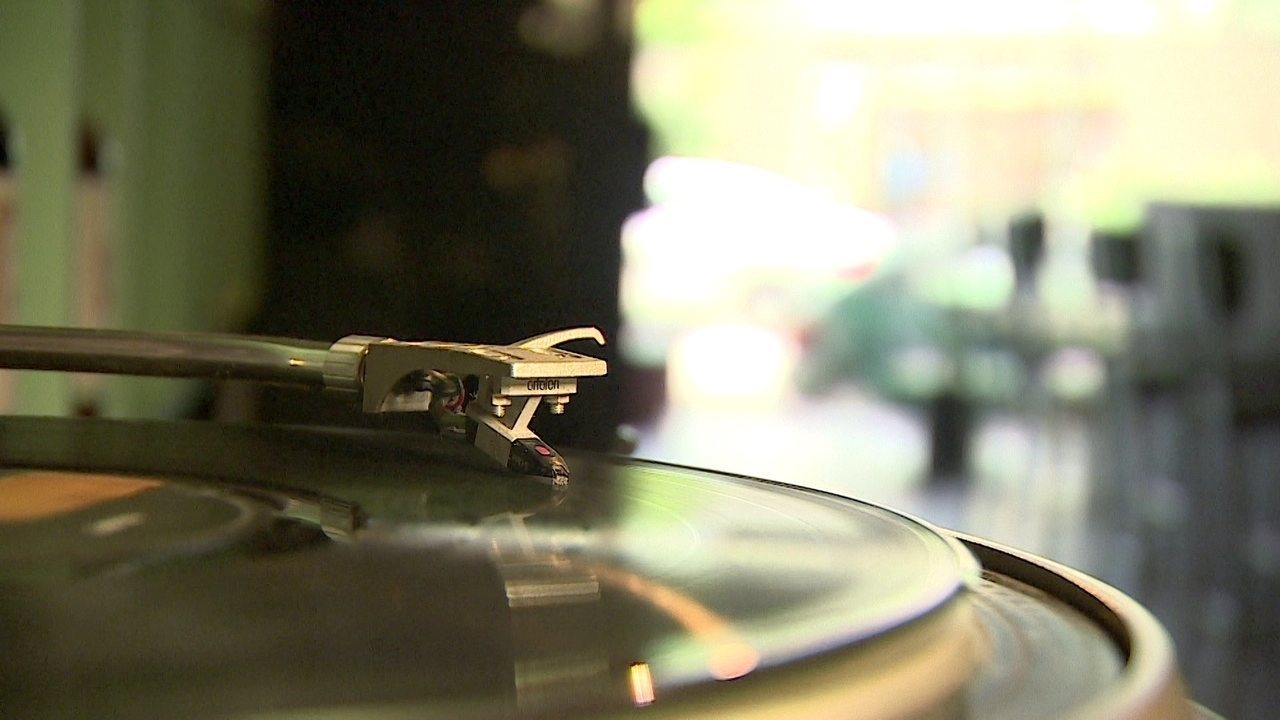 Empresária de SP conquista clientes ao misturar restaurante e loja de discos de vinil