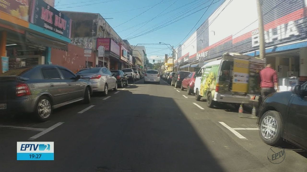 Compras de Natal dificultam a vida de motoristas na busca por vagas para estacionar