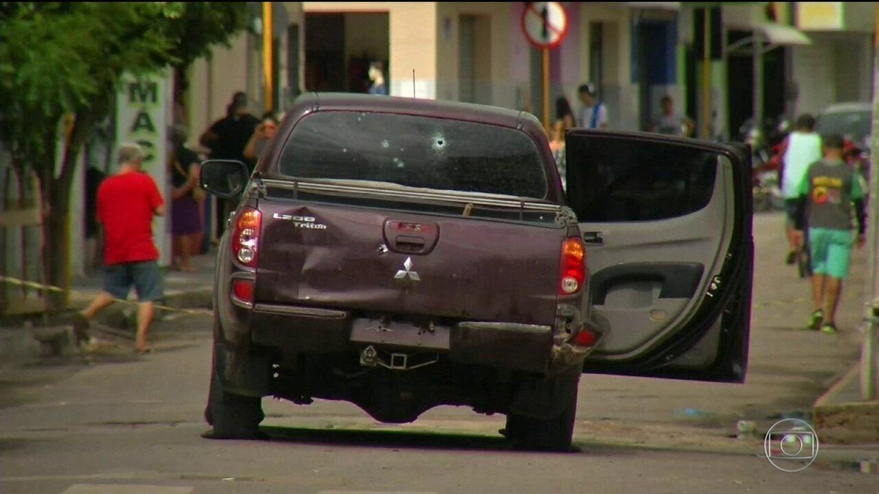 Emoção marca enterro de vítimas da tentativa de assalto a banco no Ceará