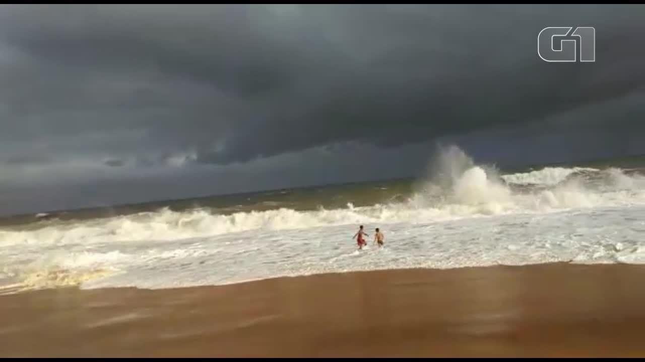 Morador da Barra do Jucu filmou crianças brincando em praia, no ES
