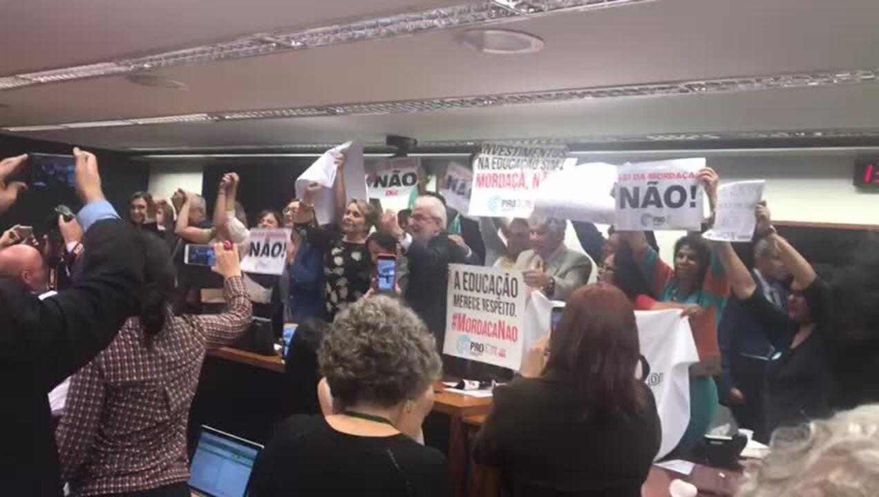 Deputados de oposição em manifestação contra o relatório da Escola Sem Partido durante sessão da comissão nesta terça-feira (11)