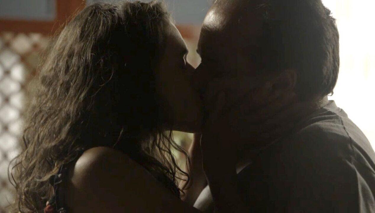 Resumo O Sétimo Guardião - 12/12 - Lourdes Maria tasca beijão em Olavo se declara apaixona