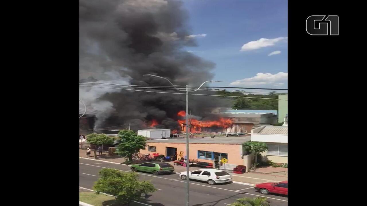 Incêndio atinge loja de materiais usados em Campo Bom