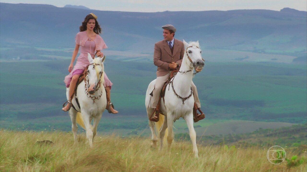 Julia (Vitória Strada) e Danilo (Rafael Cardoso) passeiam juntos a cavalo, na novela 'Espelho da Vida'