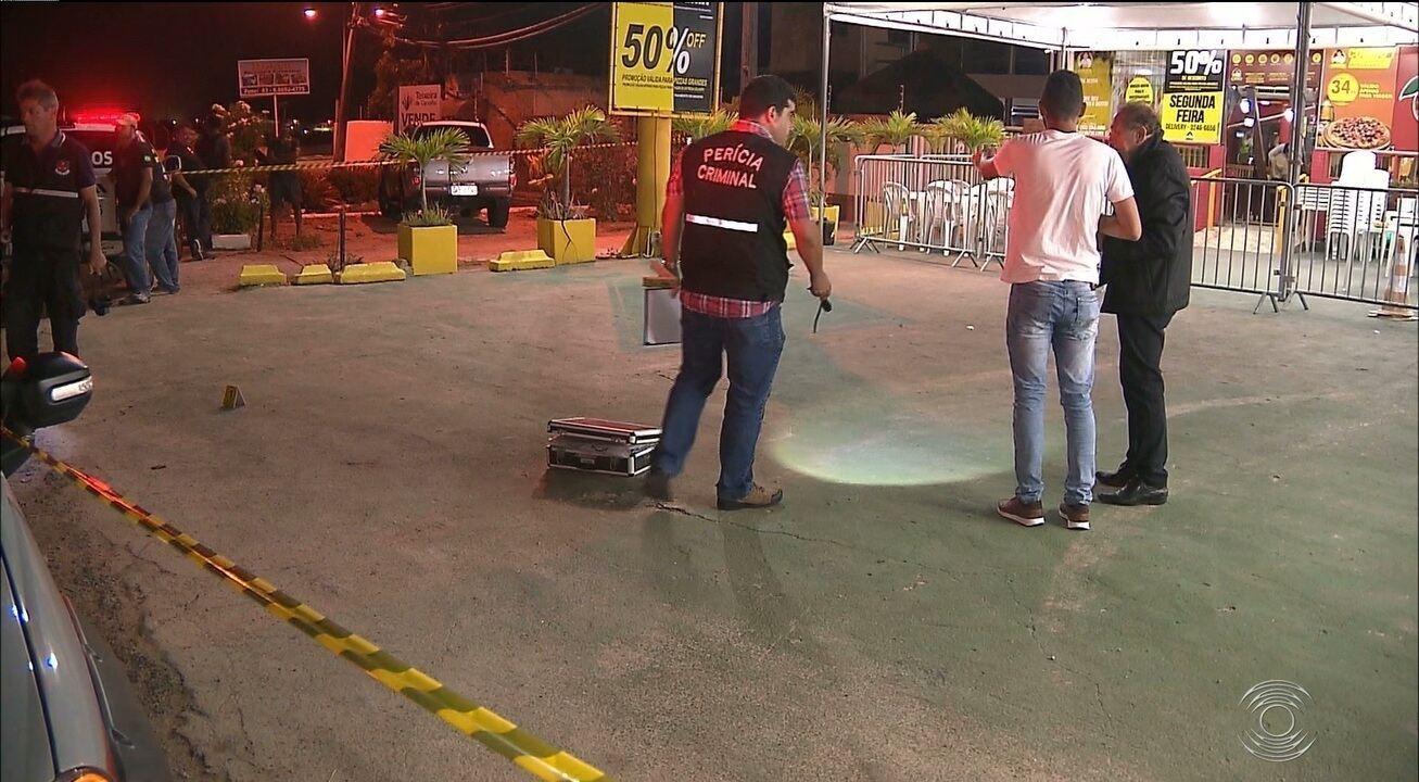 Dois jovens são baleados por policial militar em frente a pizzaria de João Pessoa