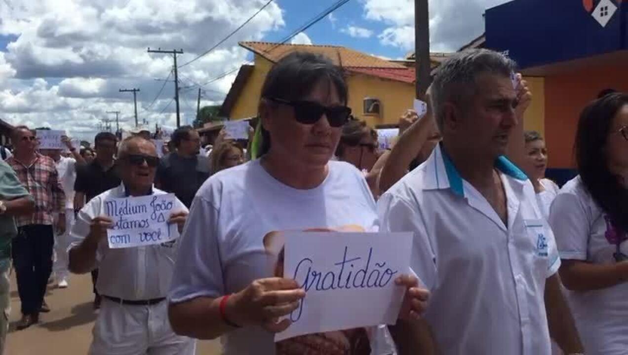 Voluntários fazem procissão em defesa de João de Deus após denúncias de abusos sexuais
