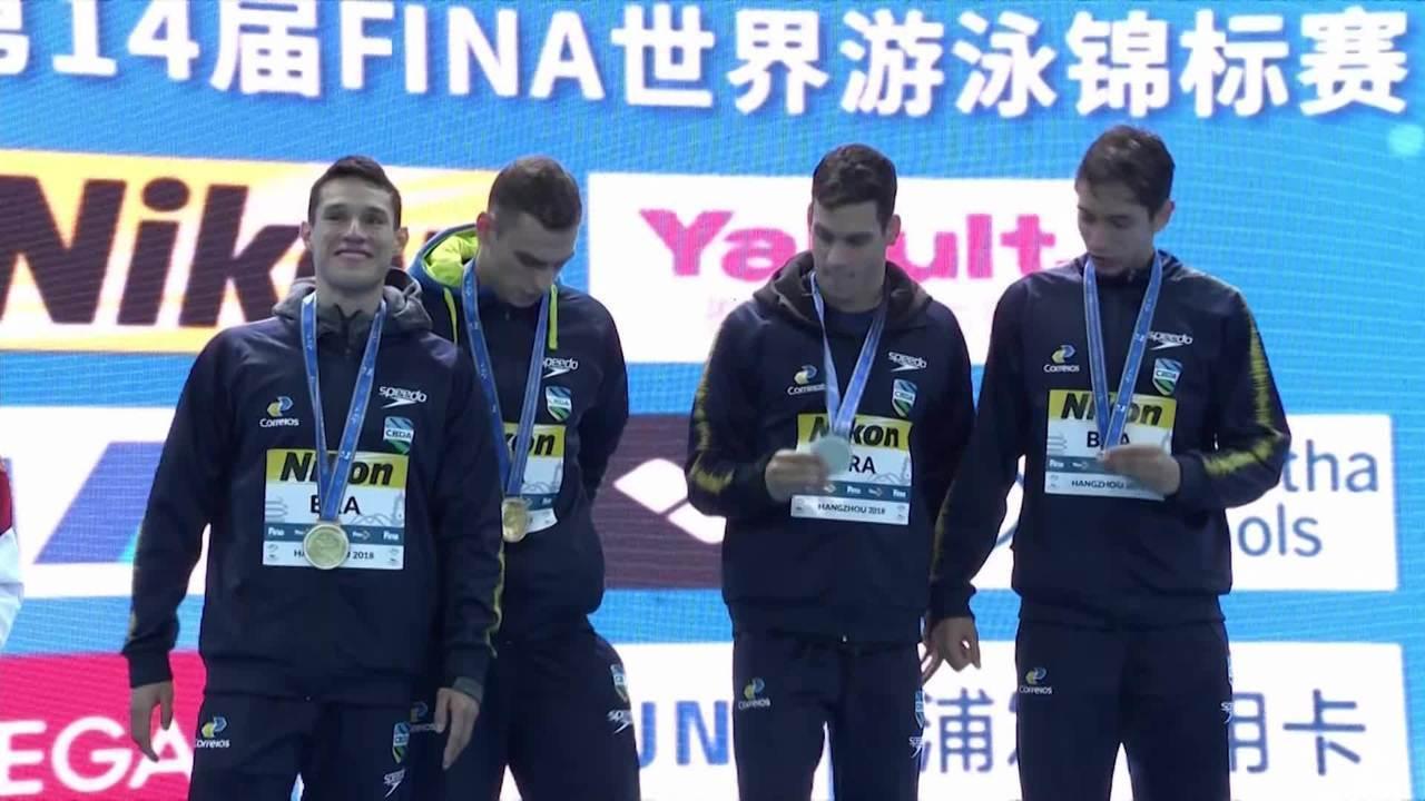 Brasil recebe a medalha de ouro do revezamento 4x200m livre no Mundial de piscina curta