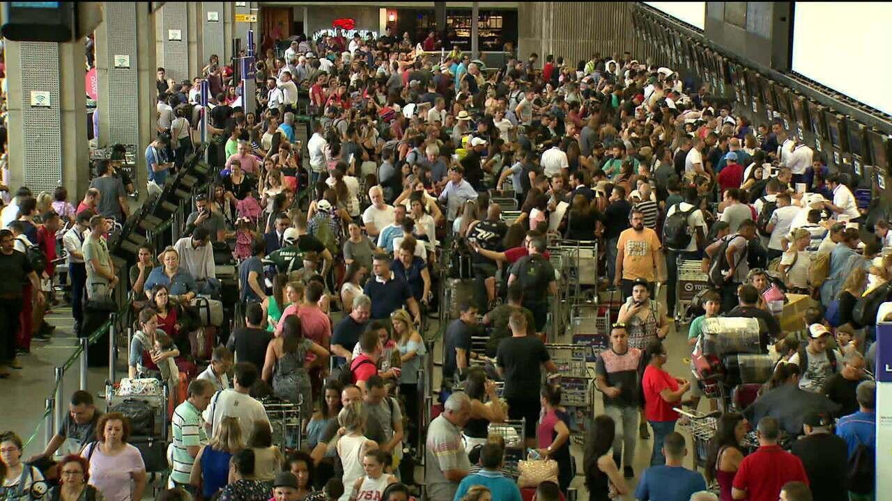 Aeroporto de Guarulhos tem atrasos e cancelamentos neste sábado (15)