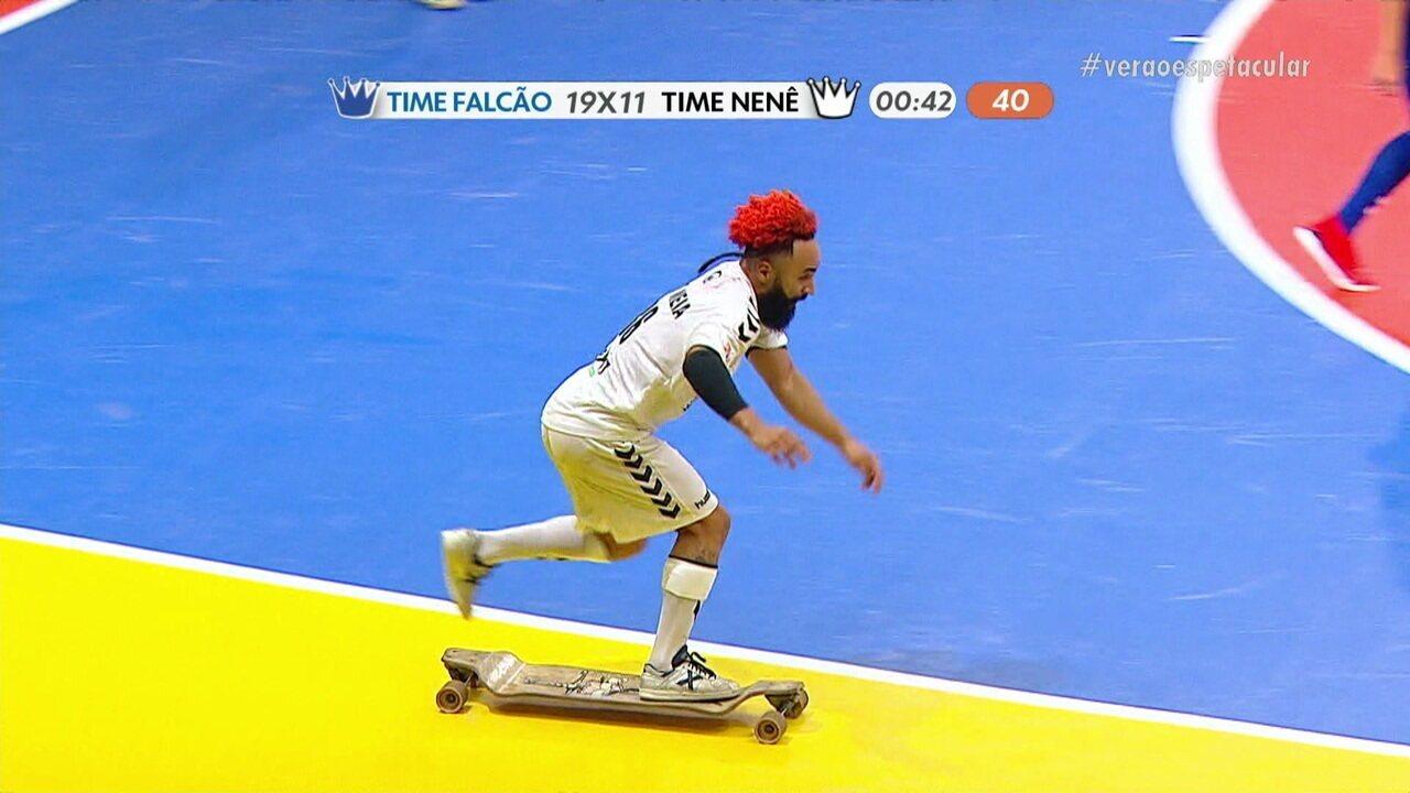Oito-meia dá volta de skate em comemoração de gol no Reis do Drible