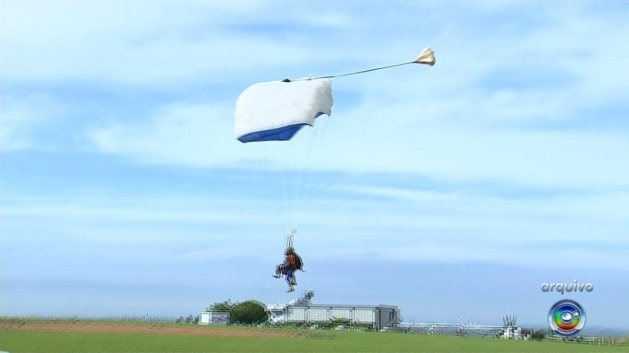 Paraquedistas se enroscam durante salto em Boituva; um morreu e outro ficou ferido