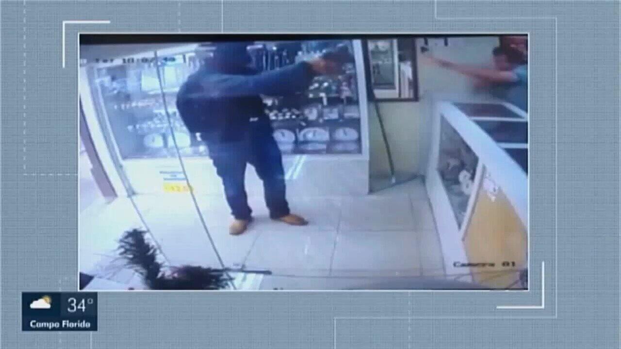 7b074ece263 Assalto à mão armada é registrado em relojoaria em Uberaba ...
