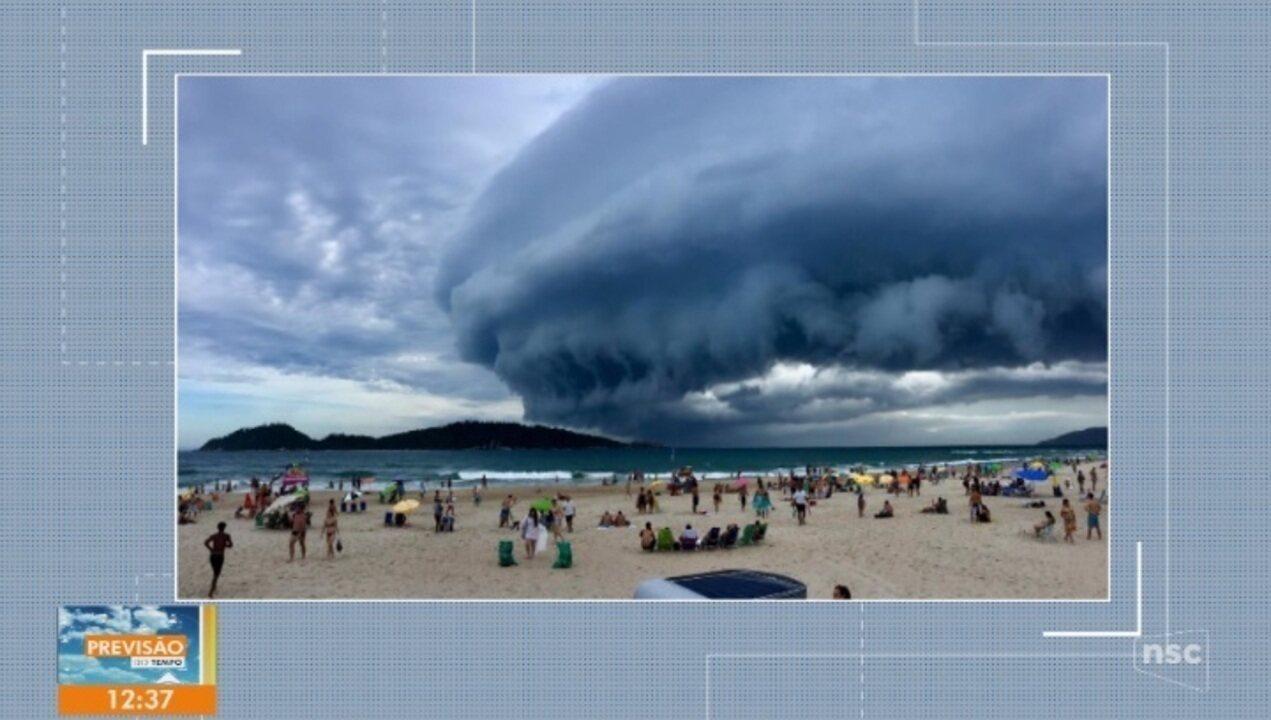 Nuvem 'Shelf Cloud' chama atenção de moradores em Florianópolis