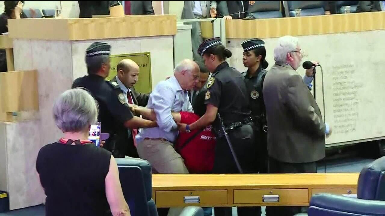 Audiência na Câmara de SP sobre reforma da previdência municipal tem confusão e protesto