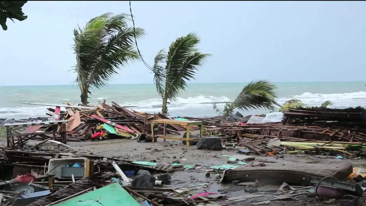 Resultado de imagem para um tsunami mata mais de 400 pessoas antes do Natal.