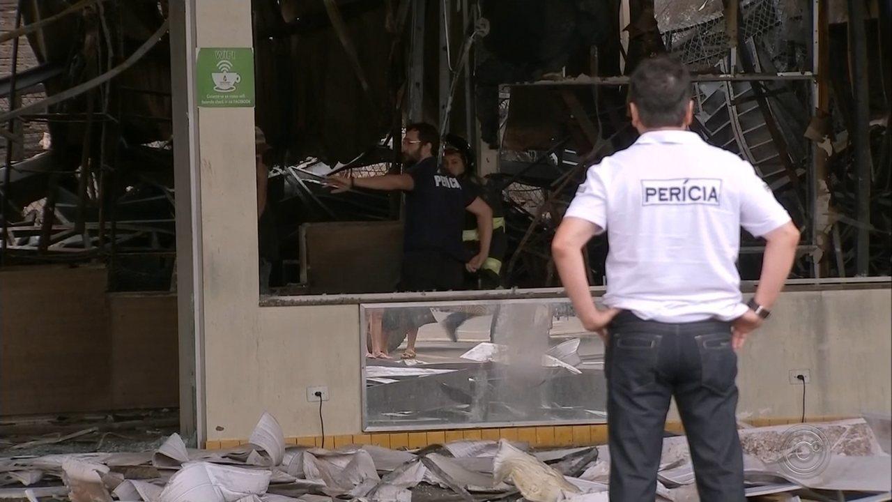 Perícia vai investigar causa do incêndio que destruiu loja em Assis