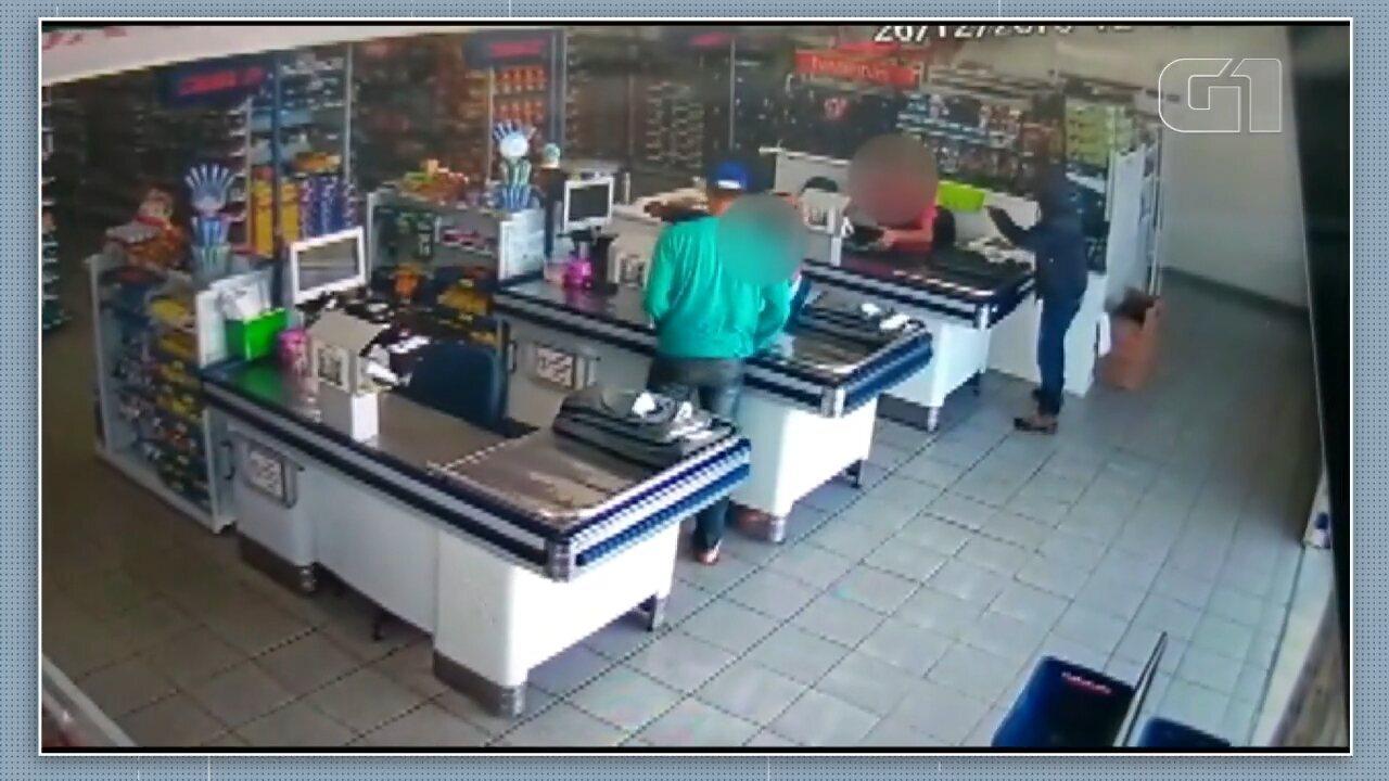 Homens assaltam supermercado em Sengés