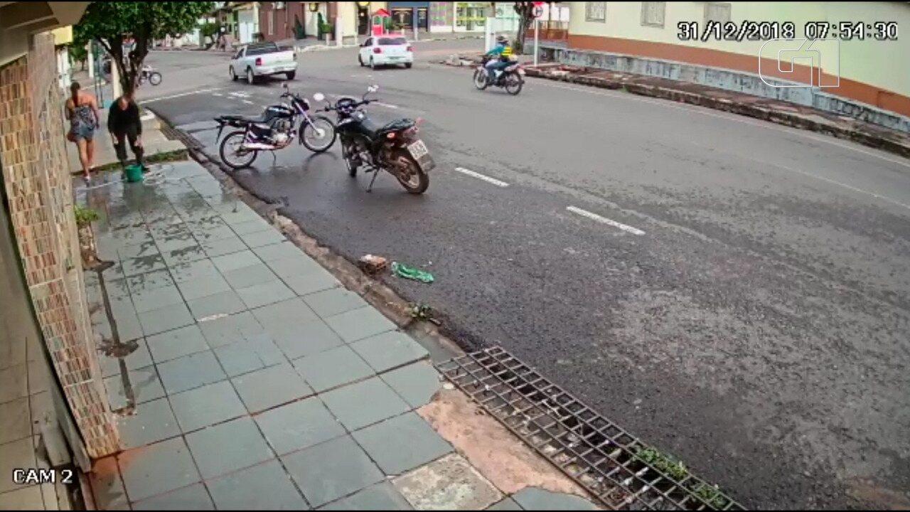 Motorista invade preferencial e mata motociclista na véspera do Ano Novo; veja vídeo