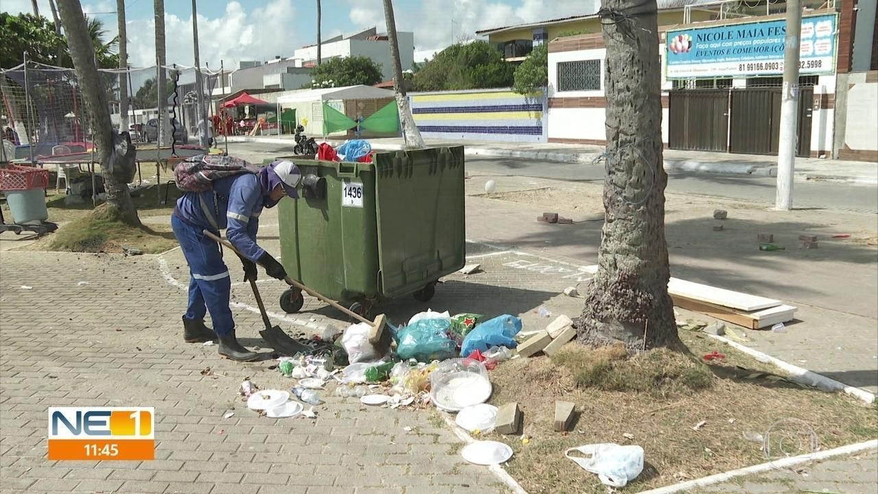 Garis recolhem toneladas de lixo na orla do Recife e de Paulista após o réveillon