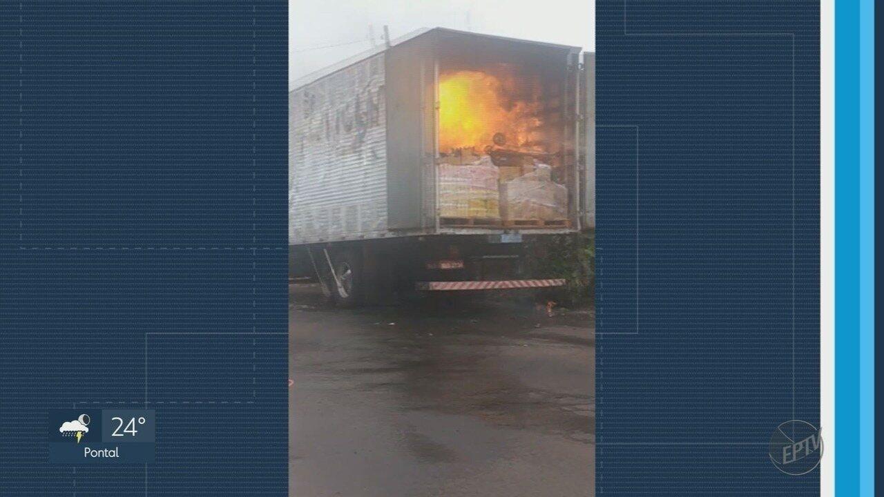 Caminhão carregado com papel pega fogo em Serrana (SP)
