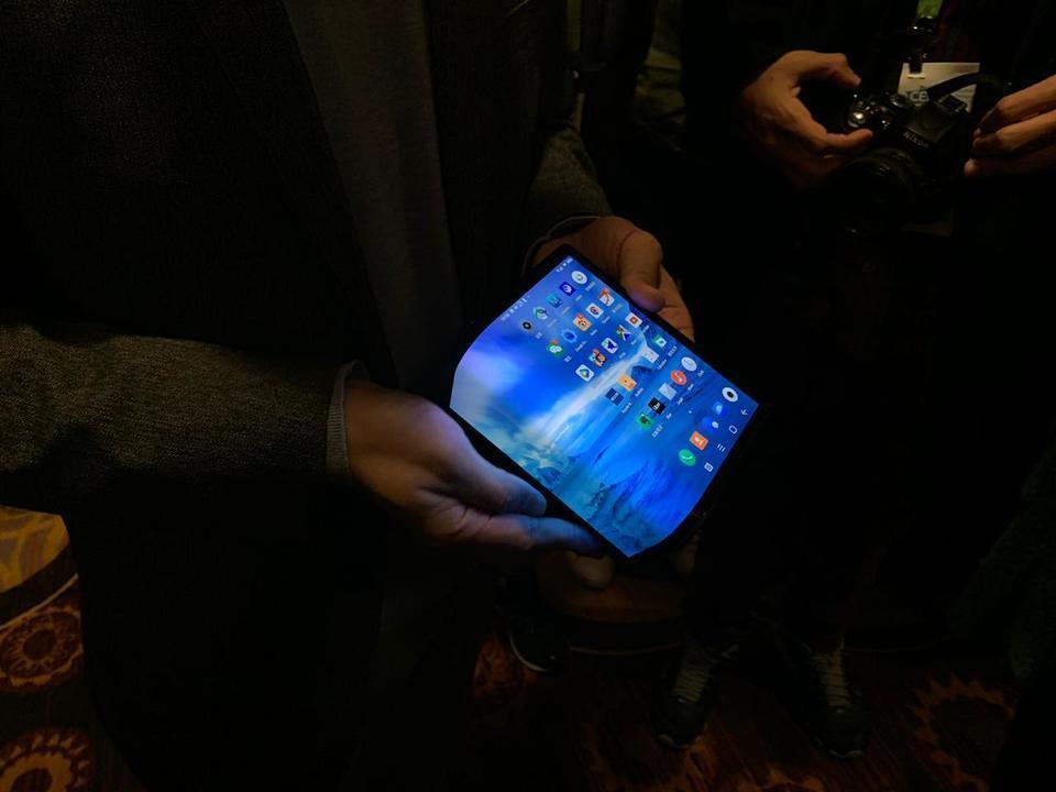 Celular com tela que dobra é aposta de chinesa na CES