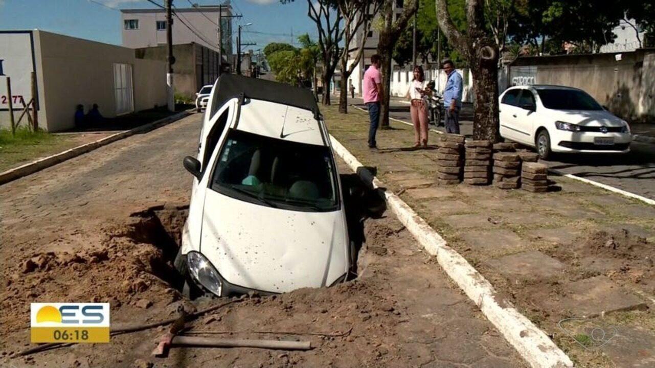 Carro cai em vala aberta no centro de Linhares, no Norte do ES