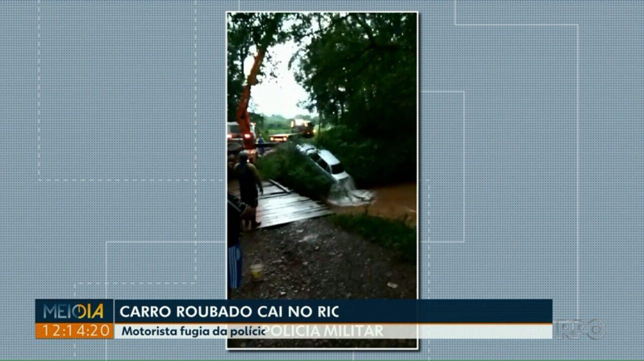 Motorista foge da polícia e vai parar com o carro dentro de rio