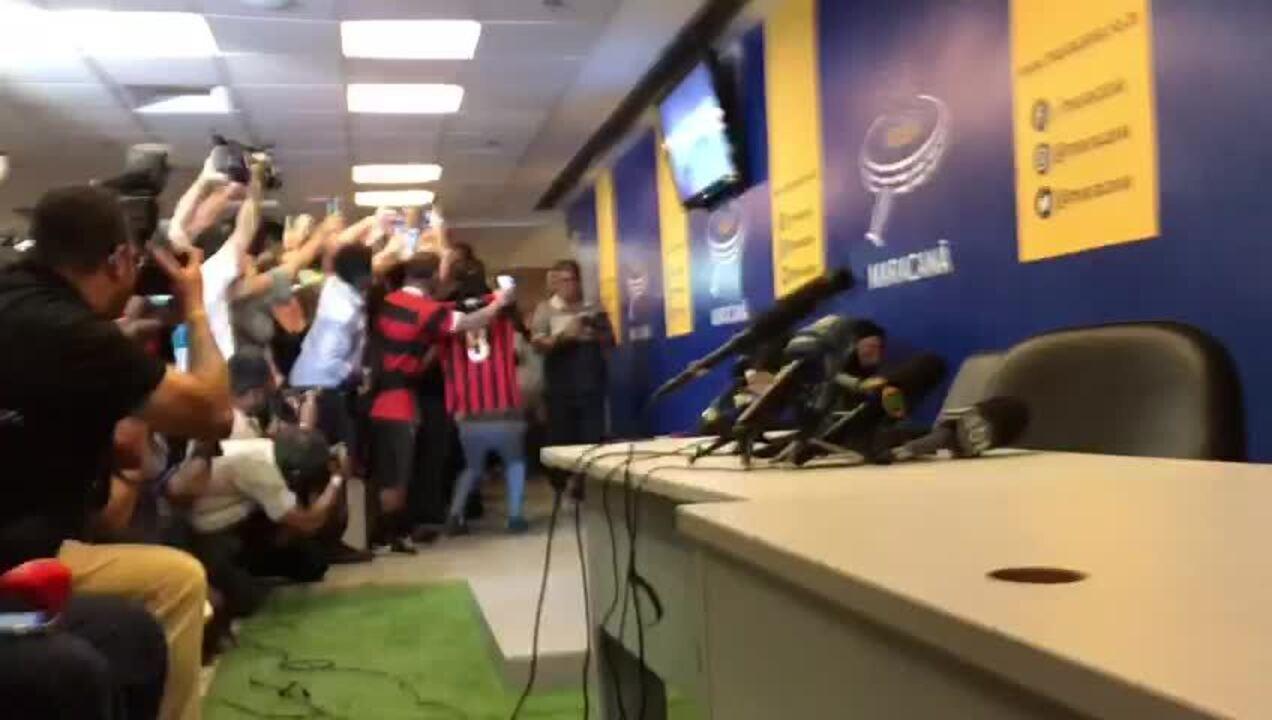 Ronaldinho Gaúcho chega para deixar sua marca na Calçada da Fama do Maracanã