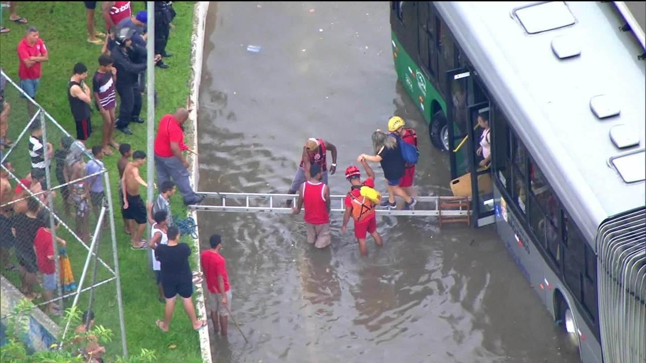 Pessoas são resgatadas durante alagamento em São Paulo
