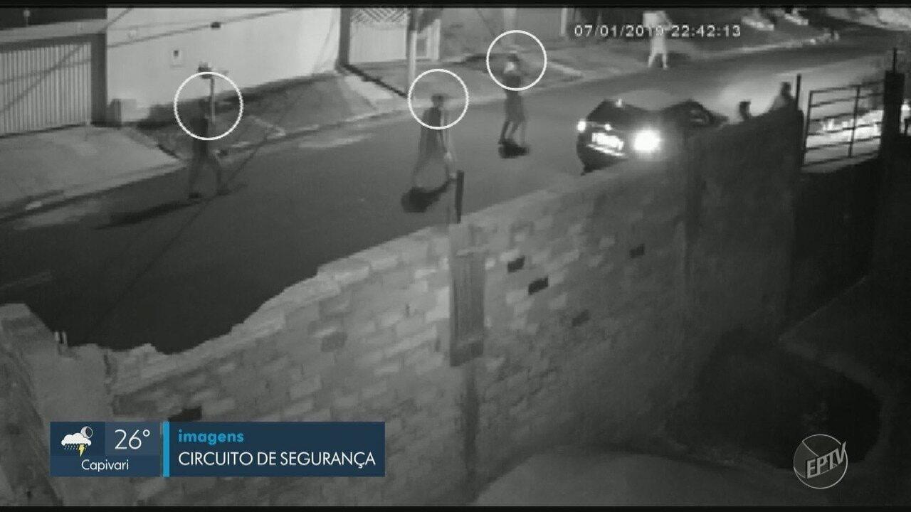 Imagens mostram roubo de carro, em Campinas