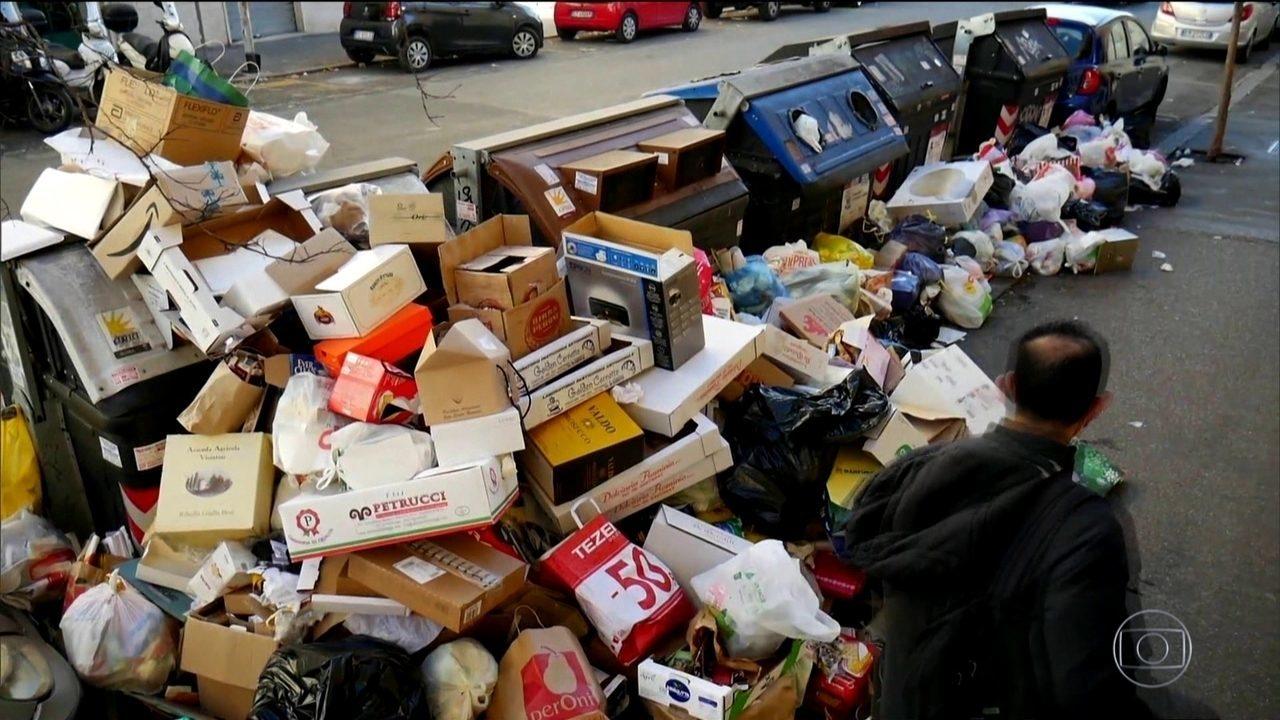 Montanhas de lixo se espalham pelas ruas de Roma